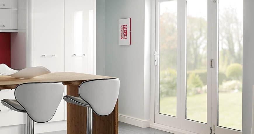 Facilita el paso de luz con puertas con vidriera