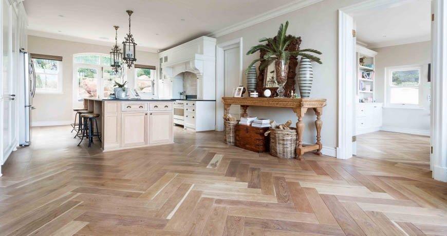 Tendencia decorativa, suelos de madera en espiga