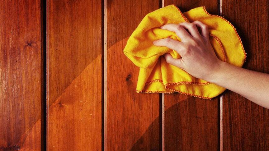 En que dirección se limpia una puerta de madera