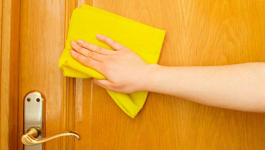 Limpieza de puertas de madera